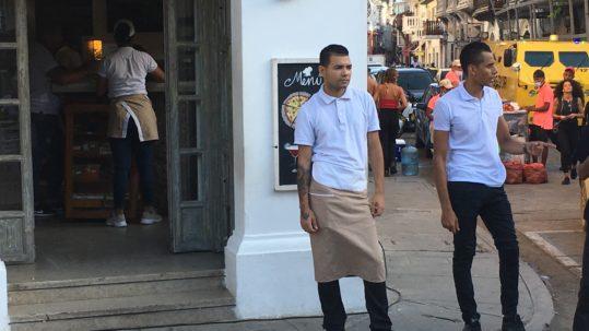 Kellner vor einem Restaurant in Cartagena