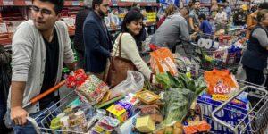 Kolumbianer decken sich in der Quarantäne mit Lebensmitteln ein