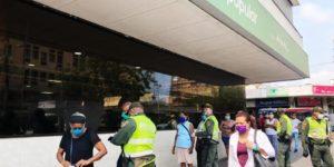 Ein Polizist kontrolliert die Einhaltung von Pico y Cedula vor einem Supermarkt
